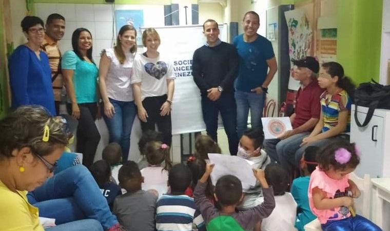 Donativos y entretenimiento a los niños del albergue Mi Casita